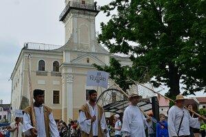Študenti v dobových kostýmoch kráčajú v sprievode počas otvorenia siedmeho ročníka festivalu.