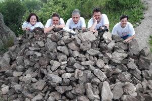 Dobrovoľníci pod hradom Šebeš v prešovskom okrese vynášali kameň na obnovu hradby.