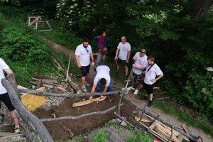 Ani Hrad nad dedinou Vinné dobrovoľníci neobišli.