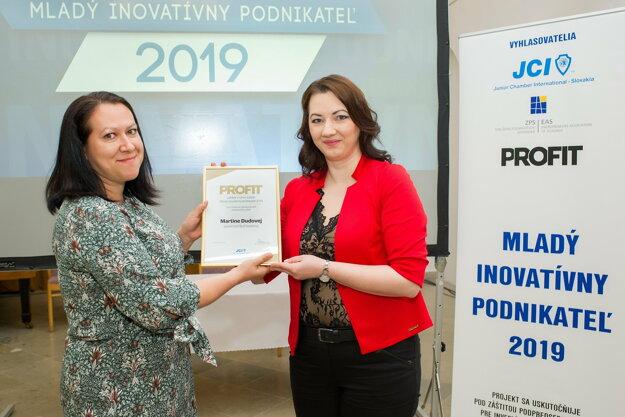 Cenu Martine Dudovej odovzdáva redaktorka Profitu Š. Kačalková.