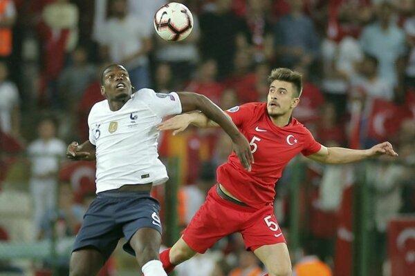 Francúzsky reprezentant Paul Pogba v súboji s Turkom Dorukhanom Tokozom.