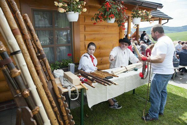 Výroba tradičných píšťal.