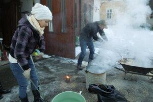 Vypaľovanie keramiky na dvore Novohradfského múzea a galérie v Lučenci.