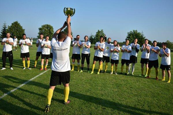 Postupová radosť hráčov Kalše. S pohárom nad hlavou je skúsený Jozef Gašpar.