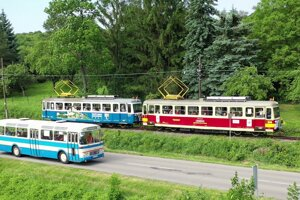 Súbežná jazda retro autobusov a električky počas 110. výročie jej prevádzky na trati Trenčianska Teplá - Trenčianske Teplice.