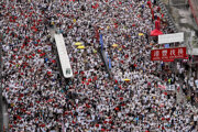 Státisíce ľudí protestujú proti kontroverznému zákonu.
