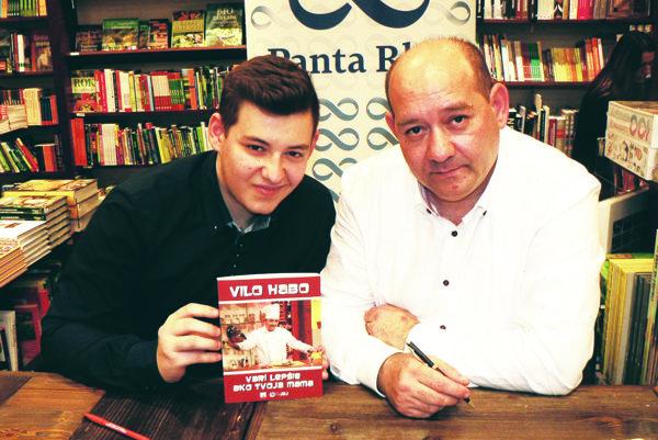 Vilo a Dávid Habovci so svojou knihou receptov.