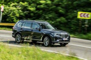 Napriek vyššiemu ťažisku sa BMW X7 v zákrutách príliš nenakláňa.