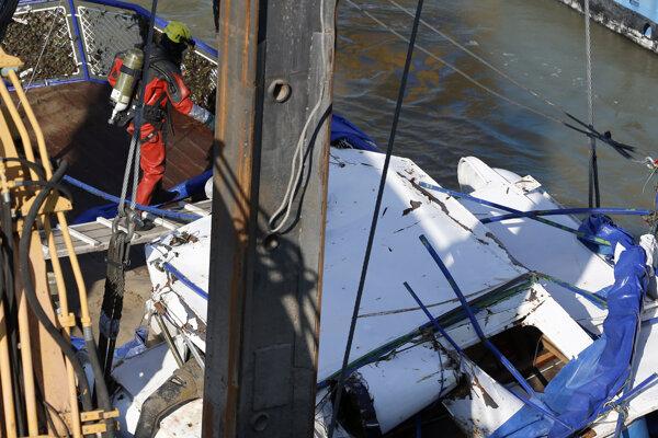 Záchranári začali dvíhať vrak potopenej lode.