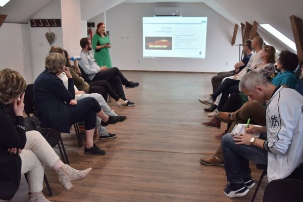Podnikavci Novohradu počas jedného zo svojich stretnutí