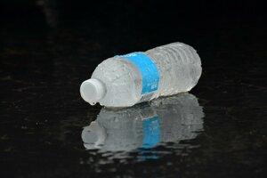 Mikroplasty sú aj v balenej vode.