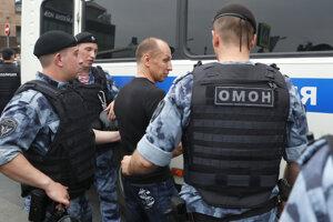 Polícia sa snaží zastaviť nepovolený pochod.