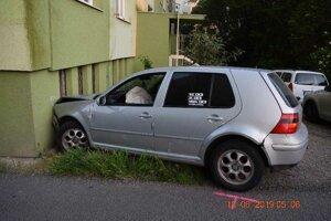 """Opitý vodič """"ukážkovo zaparkoval."""""""