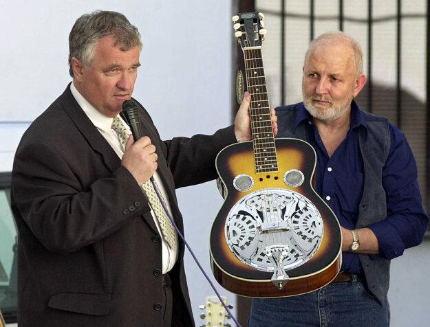Gitara dobro na dvanástom ročníku festivalu DobroFest, ktorý sa koná na počesť pamiatky Johna Dopyeru.