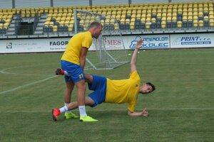 S Pohroní aktuálne trénuje aj Adam Nemec, ktorý hrá v cyperskej lige. Na snímke pomáha Michalovi Klecovi, novej posile žiarskeho áčka.