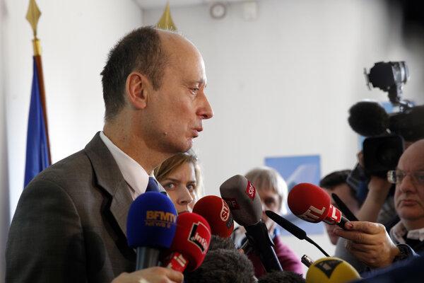 Riaditeľ Leteckej vyšetrovacej agentúry hovorí s novinármi počas tlačovej konferencie.