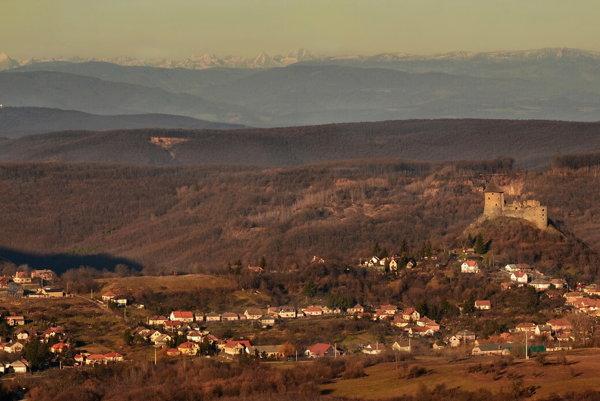 Hrad Šomoška, v pozadí Vysoké Tatry.