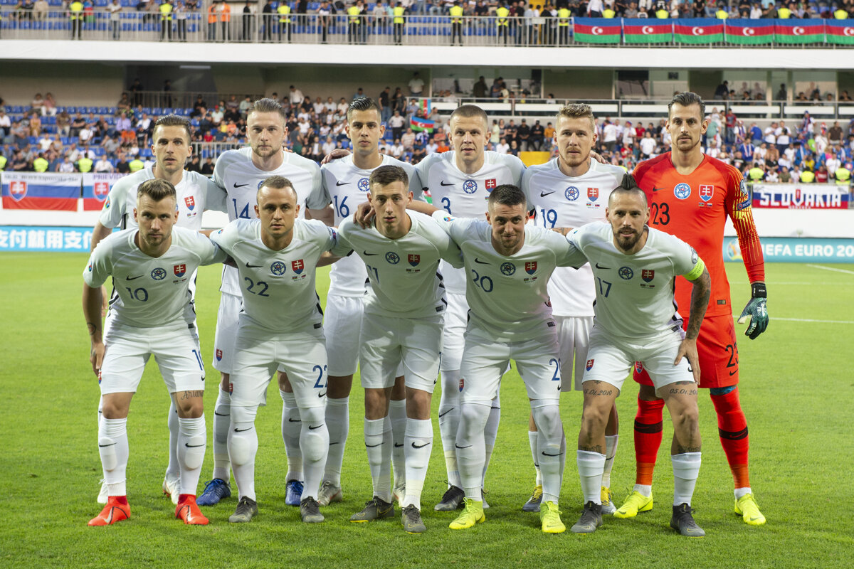 739186ae79bba Slovenská futbalová reprezentácia pred začiatkom kvalifikačného stretnutia  skupiny E Azerbajdžan - Slovensko o postup na futbalové