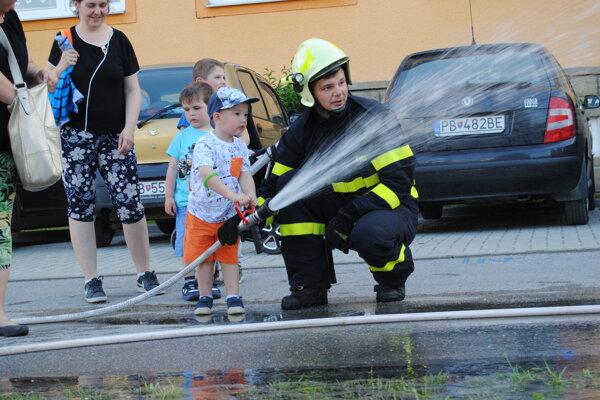 Prídu aj hasiči a deti sa stali ich malými pomocníkmi.