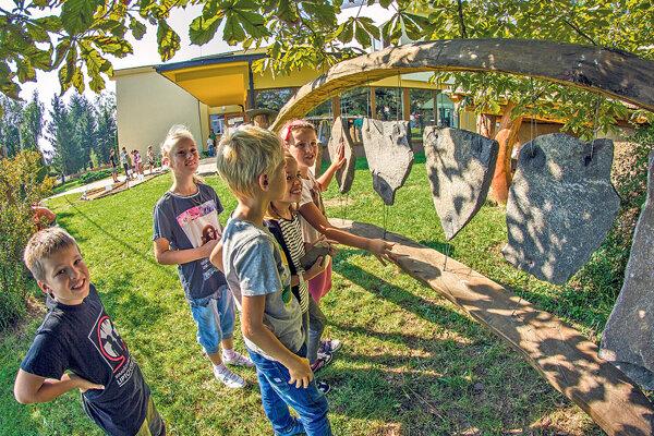 Litofón na školskom dvore v Badíne.