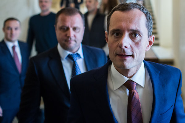 Radoslavovi Procházkovi sa začala rozpadať vláda. Ak pôjde do vlády so Smerom, príde minimálne o troch poslancov.