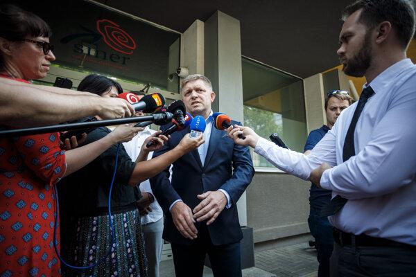 Pred kamery sa postavil poslanec Robert Fico v nervóznej poobednej nálade a všetkým vysvetlil, ako to je.