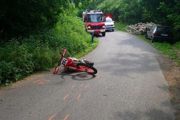 Motocyklista sa zrazil s osobným autom.