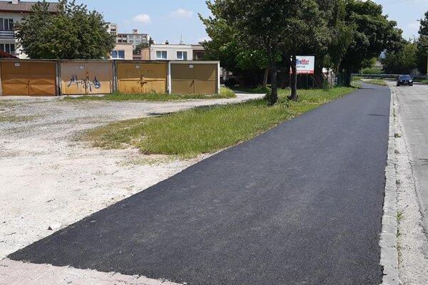 Opravený chodník Za depom.