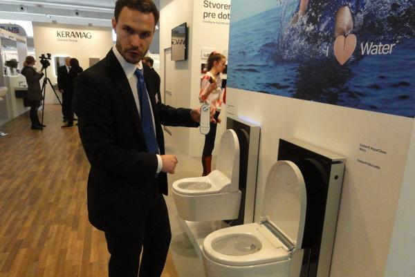 Petr Ajm s diaľkovým ovládačom ukazuje, ako funguje najluxusnejší záchod, aký je momentálne na trhu.
