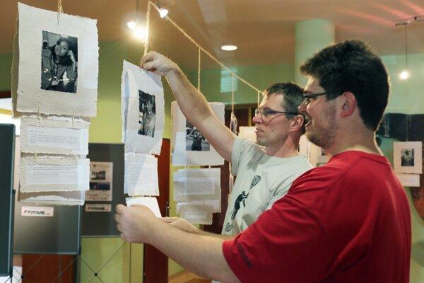 Riaditeľ festivalu jeden svet Ivan Sýkora (vľavo) a jeho syn Matej pri inštalácii výstavy fotografií.