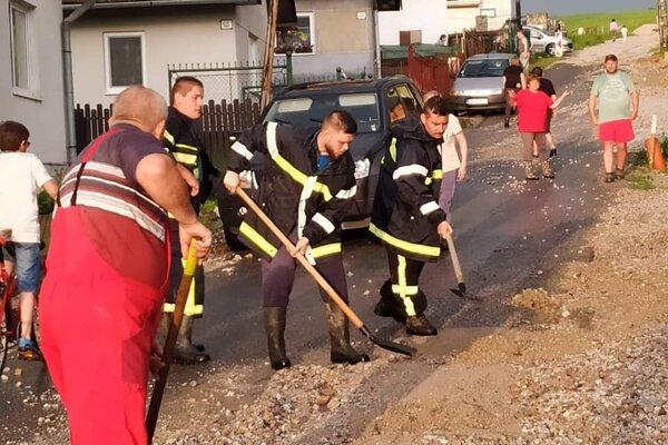 Dobrovoľní hasiči pri pomoci.