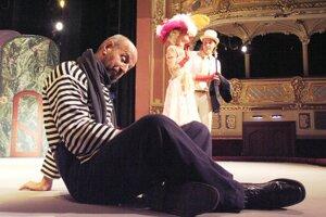 Dvojrolu bohatého Victora-Emanuela Chandebisého a žobráka Pochého v komédii Georgesa Feydeaua odohral Ivan Krúpa za trinásť rokov v takmer 200 reprízach.