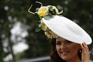 Jennifer Wynne pózuje počas druhého dňa kráľovských konských dostihov v Ascote.