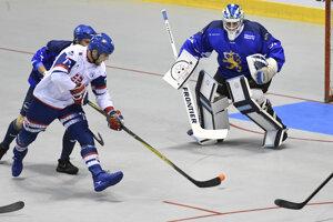 Na snímke vľavo Boris Oravec (Slovensko), vpravo brankár Villehart Kuusamo (Fínsko) vo finálovom zápase majstrovstiev sveta v hokejbale mužov Slovensko – Fínsko v Košiciach v sobotu 22. júna 2019.