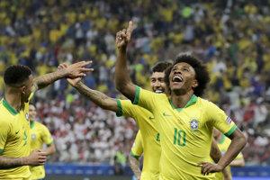 Futbalisti Brazílie oslavujú gól v zápase proti Peru na Copa America 2019.