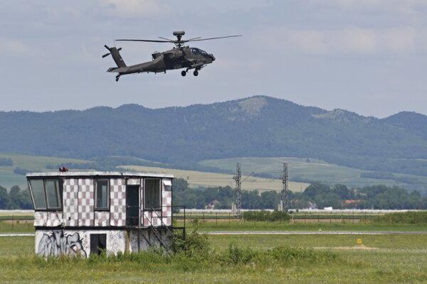 Vrtuľník americkej armády AH-64 Apache.