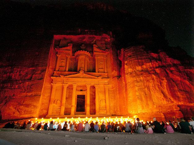 Petra je úžasná aj pri umelom osvetlení v noci.