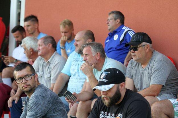 V Alekšinciach boli aj funkcionári FC Nitra Marián Valenta (v šiltovke), Jozef Petráni a Milan Červeň (zľava vedľa neho), dole v okuliaroch Jozef Chudý, marketingový manažér. Netaja sa, že pre klub hľadajú strategického partnera.