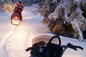 Záchranári išli na pomoc na snežných skútroch.