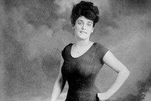 Profesionálna austrálsky plavkyňa Annette Kellermanová vo svojich legendárnych jednodielnych plavkách. V roku 1907 bola zatknutá za to, že jej športový odev bol priveľmi obtiahnutý.