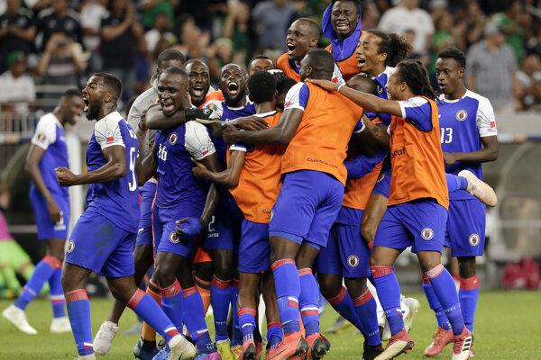 Futbalisti Haiti oslavujú postup do semifinále Gold Cupu 2019.