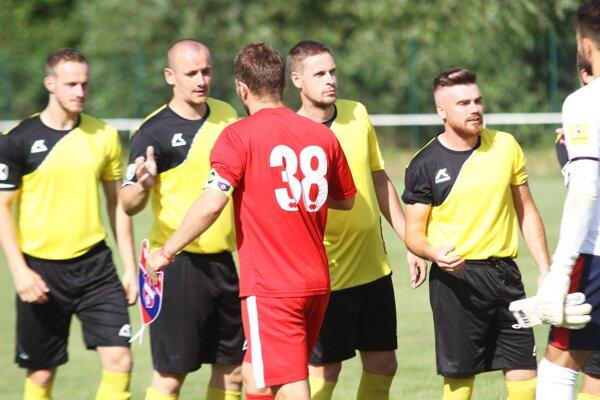 Futbalisti Sľažian si v sobotu merali sily s tímom FC ViOn, ktorý viedol kapitán Tomáš Ďubek.