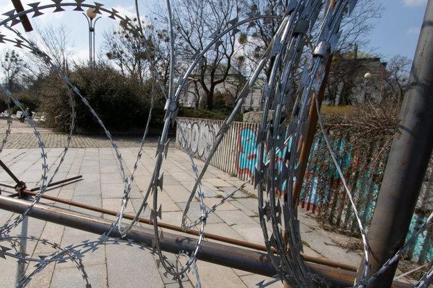 Žiletkový plot pred Úradom vlády SR.
