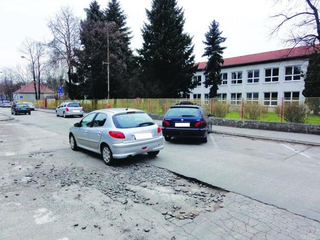 Mesto tu zriadilo jednosmerku a parkovacie miesta. Dieram sa preto vyhnúť nijako nedá.