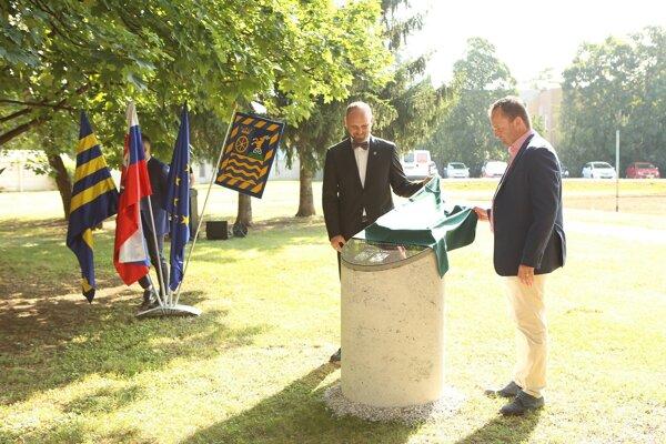 Pamätnú tabuľu odhalil trnavský župan Jozef Viskupič aprimátor Galanty Peter Paška.