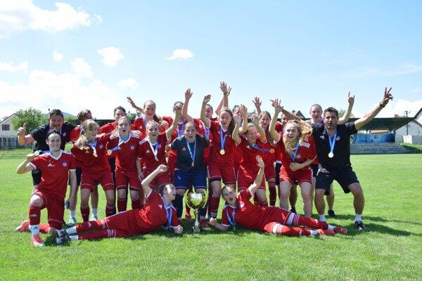 Ženský tím AS Trenčín postúpil medzi slovenskú futbalovú elitu.
