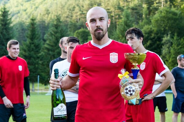 Ľubomír Willwéber a pohár za celkový triumf na turnaji