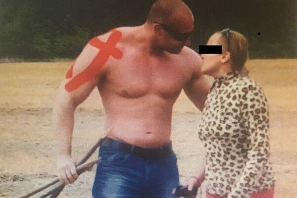 Policajta usvedčujú zábery, ktoré zachytávajú jeho hrubé správanie namierené voči bezbrannej žene.