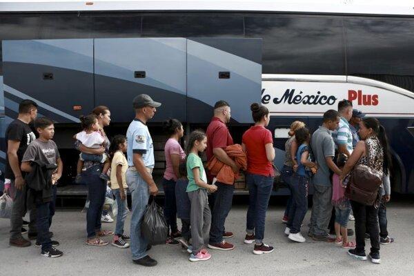 Migranti z krajín Strednej Ameriky  čakajú v mexickom meste Ciudad Juarez.