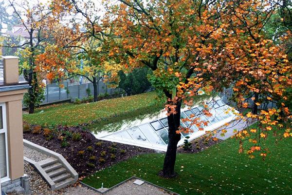 Záhrada vily na Mudroňovej ulici, kde by mal bývať premiér.